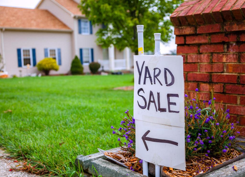 Closeup image of a yard sale sign
